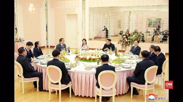 Kim Jong Un menjamu makan malam delegasi Korea Selatan di Pyongyang.