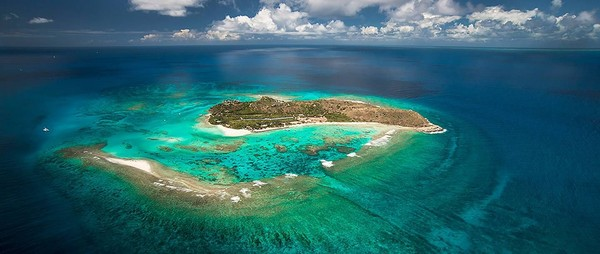 Branson dulu membeli salah satu pulau di British Virgin Islands yang sebelumnya merupakan tempat bersantai Inggris pada tahun 1978 dengan harga USD 180 ribu, setara dengan 2 miliar lebih (Virgin Group)
