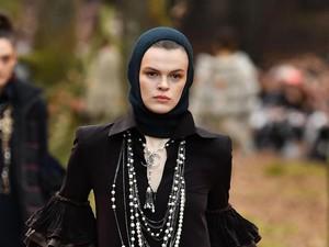 Pertama Kali, Chanel Tampilkan Hijab di Paris Fashion Week