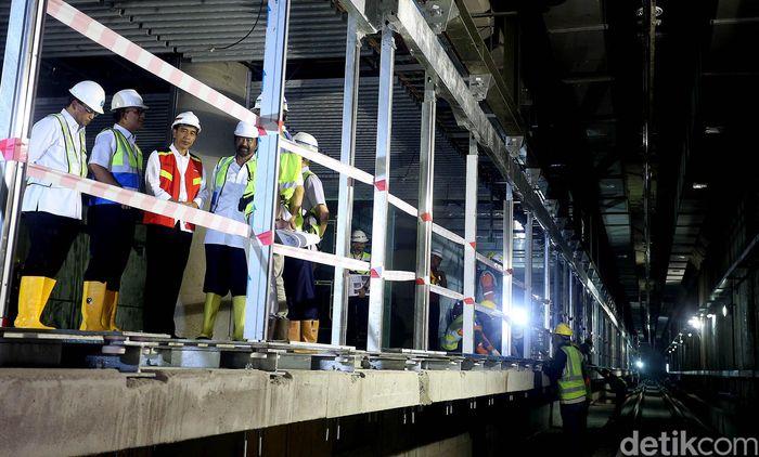 Presiden Jokowi meninjau lokasi proyek Mass Rapid Transit (MRT) Jakarta di kawasan Bundaran HI, Rabu (7/3/2018).