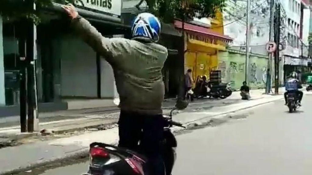 Joget-joget di Motor, Pria Ini Viral di Medsos
