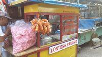Gerobak penjual ketupat sayur Padang khas Pariaman.