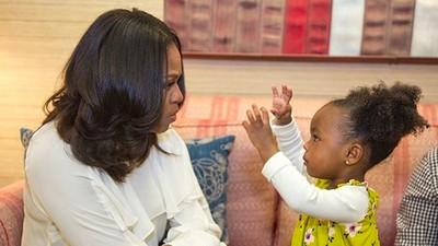 Momen Manis Saat Michelle Obama Bertemu Fans Ciliknya