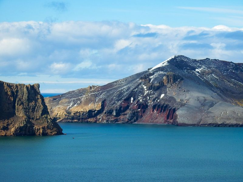 Deception Island berada di Semenanjung Antarktika, Kutub Selatan. Pulau ini sempat dihuni oleh beberapa nelayan dan ilmuwan, tapi sudah ditinggalkan sejak tahun 1960-an