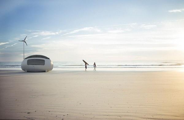 Bisa juga di pinggir pantai. Rumah ini dilengkapi dengan panel tenaga surya dan juga kincir angin untuk memproduksi listrik sendiri. (The Ecocapsule)