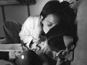 Kecupan penuh sayang dari Bunda Katie buat si putri kecil, Suri. (Foto: Instagram/ @katieholmes212)