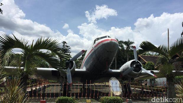 Pesawat Dakota RI-001 Seulawah. Ini pesawat pertama yang dimiliki Indonesia dengan cara patungan oleh masyarakat Aceh