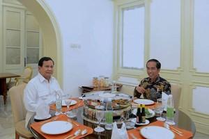 Suka Sate dan Nasi Kuning, Ini Momen Asyik Prabowo Subianto Nikmati Makanan