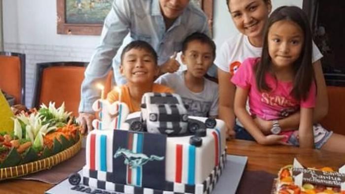 Keluarga super sweet nih! Apalagi Darius dan Dona yang terlihat muda walau sudah memiliki tiga anak. Foto: Instagram @darius_sinathrya