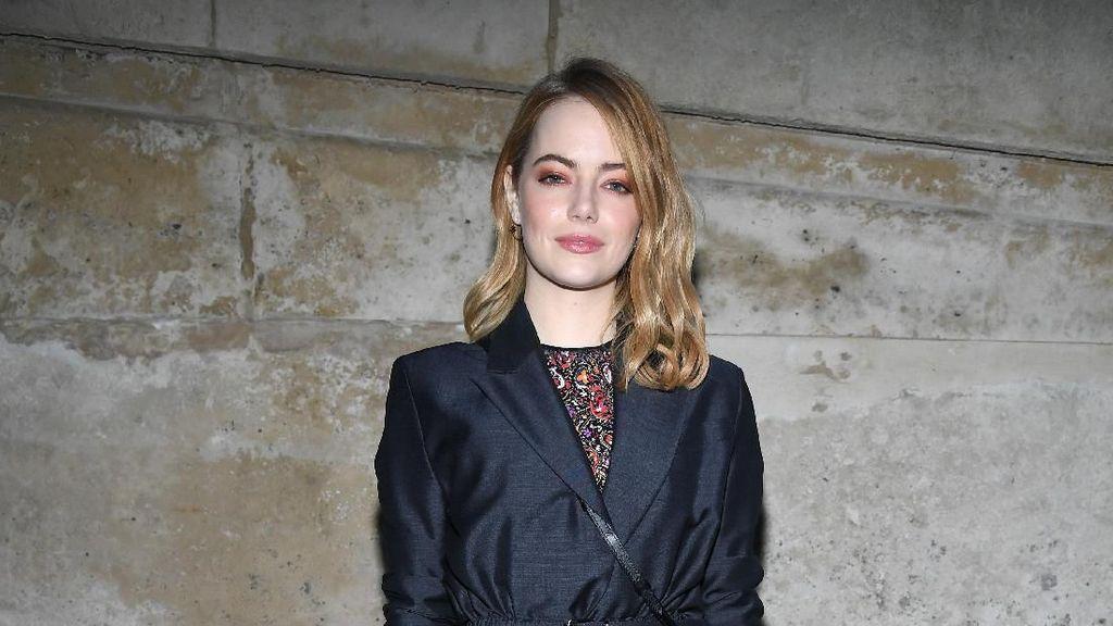 Foto: Baru Muncul di Oscars, Emma Stone Eksis di Paris Fashion Week