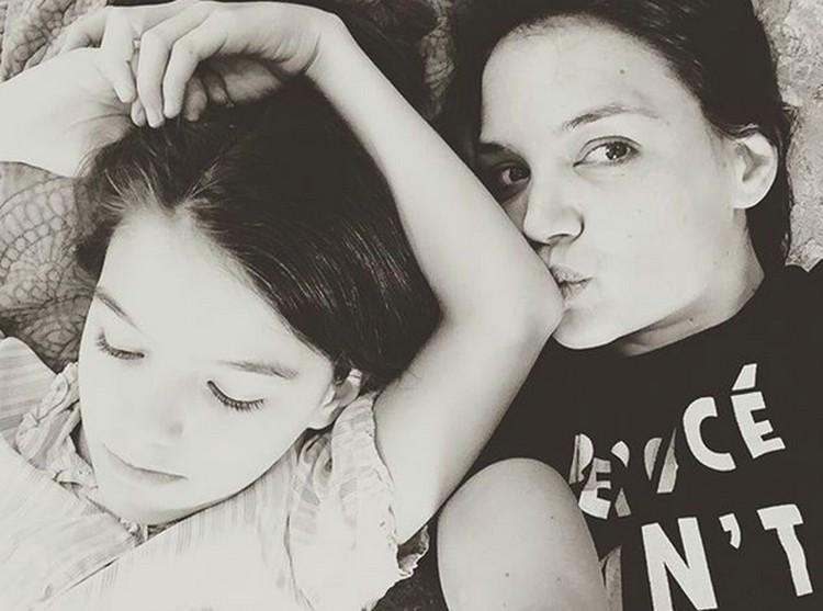 Setelah orang tuanya, Katie Holmes dan Tom Cruise, bercerai di tahun 2012 lalu, Suri tinggal bersama sang bunda. (Foto: Instagram/ @katieholmes212)