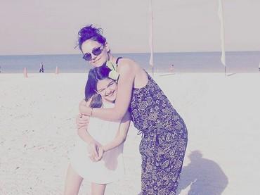 Kasih ibu memang nggak akan lekang oleh waktu ya, Bun? (Foto: Instagram/ @katieholmes212)