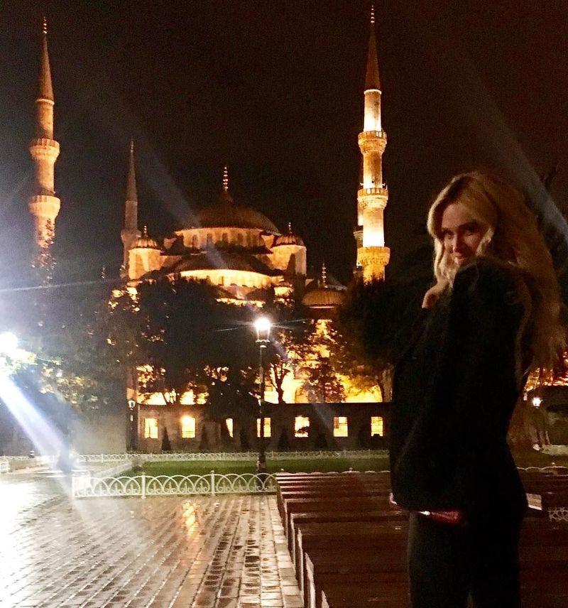 Pertama, mari kita tengok saat Victoria Lopyreva berwisata malam di sekitar Istanbul, Turki. Terlihat di belakangnya adalah Blue Mosque atau Masjid Sultan Ahmed (Victoria Lopyreva/Instagram)