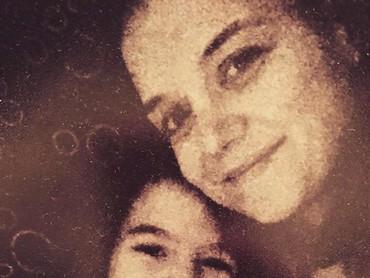 Setuju ya, Bun, kalau ibu dan anak ini sama-sama cantik? (Foto: Instagram/ @katieholmes212)