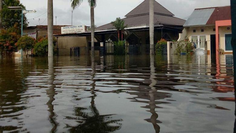 Dilanda Banjir, Warga Pekanbaru Mengungsi di Tenda