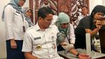 Ekspresi Sandiaga Uno Disuntik Vaksin Difteri