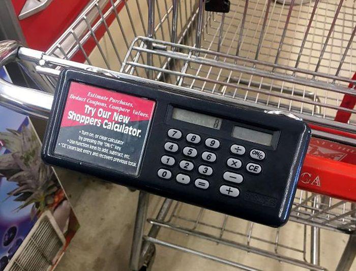 Keranjang belanja ini dilengkapi dengan kalkulator. Sangat cocok dipakai belanja sebelum gajian. Istimewa/Boredpanda.