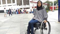 Lumpuh karena Sindrom Langka, Perempuan Berhijab Ini Tetap Berprestasi