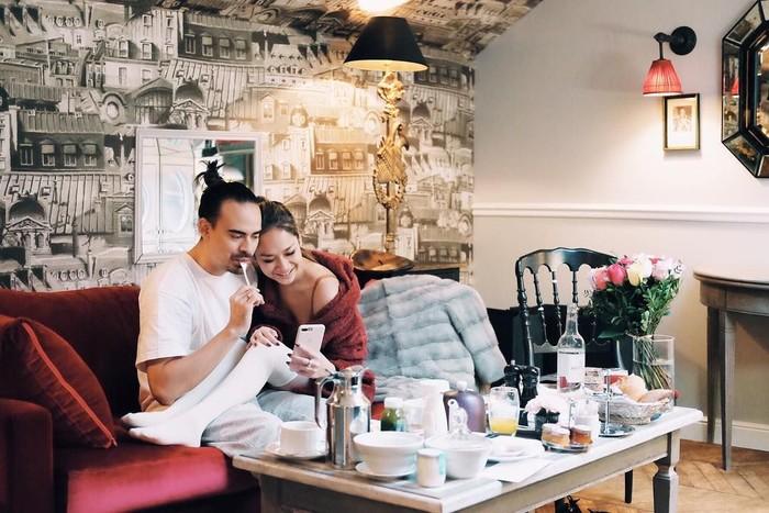 Rayakan 9 tahun pernikahan, Bunga Citra Lestari dan Ashraf Sinclair sedang menikmati makan romantis di Paris. Kok pasangan ini makin cantik dan ganteng ya. Cocok! Foto: Istimewa