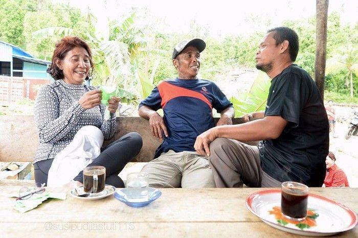 Menteri Kelautan dan Perikanan, Susi Pudjiastuti terkenal doyan ngopi. Saat di Natuna, ia ngopi bersama warga. Tidak hanya kopi, kali ini saya juga disuguhi soto. Alhamdulillah, tulisnya. Foto: Istimewa