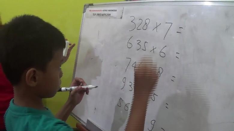 Perkenalkan, Ini Akhyar Manusia Kalkulator dari Makassar