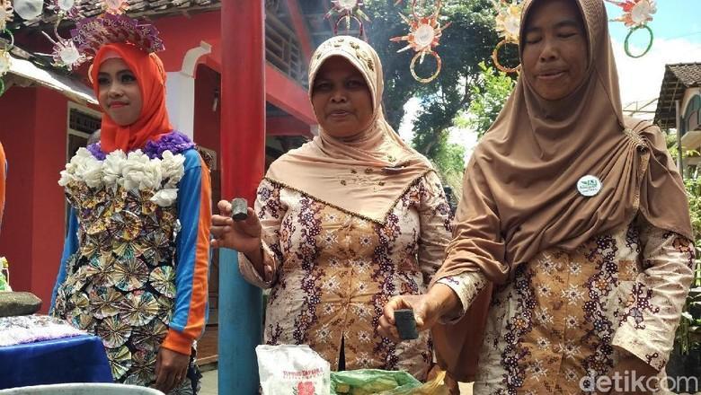 Warga Lereng Sumbing Buat Briket dari Sampah Daun Cengkih