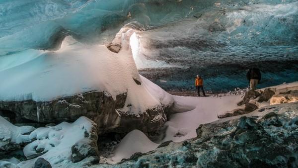 Gua es ini hanya terbentuk di musim dingin, saat sungai glasial ke tarik ke dalam dan airnya membeku. Lokasi, bentuk dan ukuran gua es ini selalu bervariasi. (Tripadvisor)