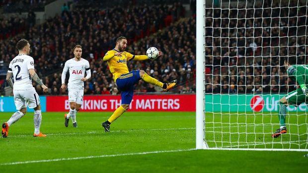 Higuain saat mencetak gol melawan Spurs