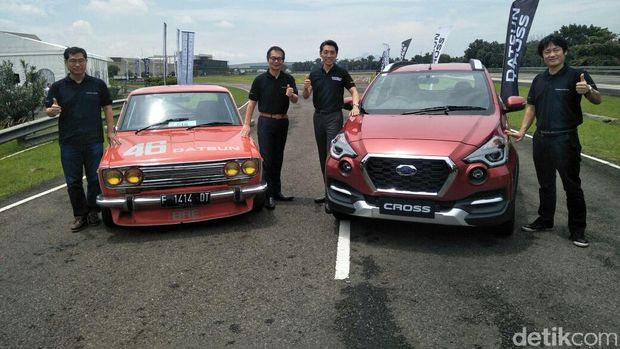 Bos Nissan berpose bersama dengan Datsun Cross