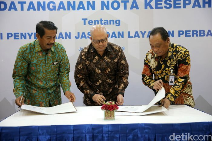 (Ki-ka) President Director Lion Air Group Edward Sirait, Direktur PT Bintang Energi Lestari Ishak, dan Direktur Utama BTN Maryono menandatangani kerja sama di Menara BTN, Jakarta.
