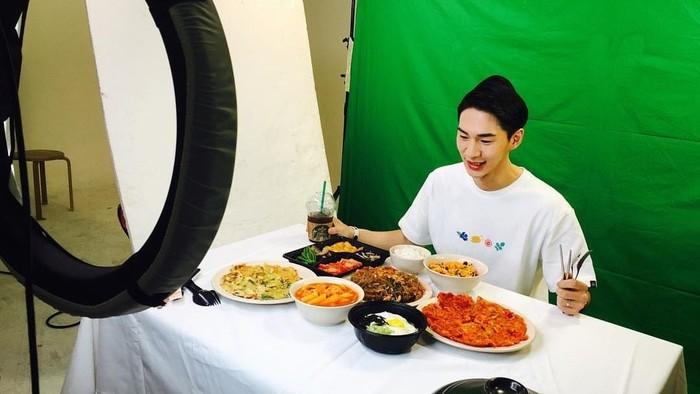 Salah satu bintang mukbang yang terkenal adalah BJ Banzz. Dirinya memiliki banyak fans dari mengunggah video makan. (Foto: Instagram/eodyd188)