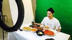 Mukbang adalah siaran video di mana seseorang berusaha menghabiskan banyak makanan sambil disaksikan oleh penontonnya. Mukbang kini sudah menjadi tren.