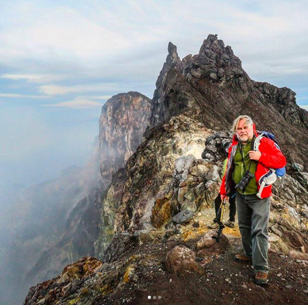 Ada tujuh gunung berapi yang berhasil ditaklukan Eugene, mulai dari Merapi, Arjuno, Welirang, Kembar, Bromo, Ijen, Kelimutu. Padahal umurnya sudah di angka 52. Foto: instagram.com/e_kaspersky