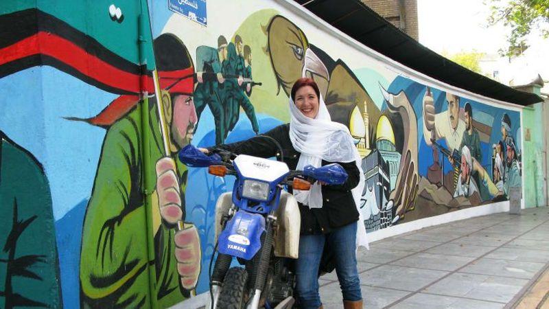 Inilah perjalanan dari Lois Pryce. Awal berada di jalur imigrasi perbatasan Turki-Iran, ia merasa was-was saat menunggu cap untuk memasuki kawasan Iran (Lois Pryce/CNN Travel)