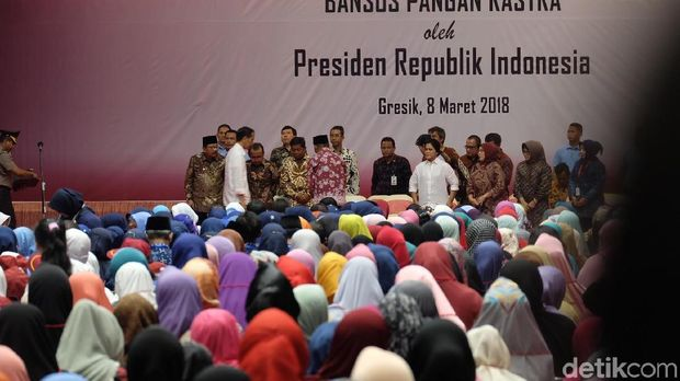 Presiden Jokowi dan Iriana di GOR Tri Dharma Gresik
