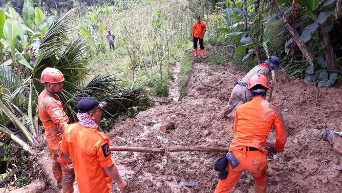 Longsor di Bandung Barat menimbun dua warga