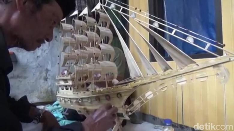 Membuat Miniatur Kapal Sumber Penghasilan Wahidi Kala Melaut Sepi