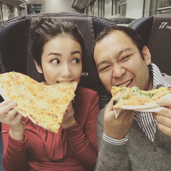 Pantas saja ya banyak media yang mengabarkan kalau Velove punya hubungan istimewa dengan anak Prabowo Subianto ini. Lihat aja lirikan manja Velove Vexia saat makan pizza jumbo ke arah muka Didit Prasetyo. Foto: Instagram @vaelovexia