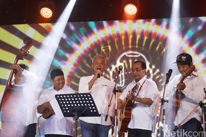 Ganjar Pranowo dan Budi Karya Sumadi serta Olala band di dHot Music Day 2018.