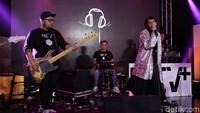 Dan band Nev+ juga akan berkolaborasi dengan Ariel Noah, Dea Dalila. Mereka akan membawakan lagu Janger Persahabatan. Foto: Nugraha