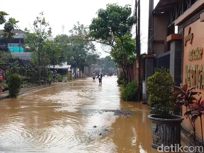 Banjir yang Memutus Akses Jalan Cingised karena Tanggul Jebol
