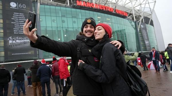Stadion Old Trafford yang menjadi kandang Manchester United menjadi salah satu destinasi wisata idaman fan fanatik Setan Merah, untuk menonton pertandingan juga berkeliling mengikuti tur museum dan stadion.. (Alex Morton/Getty Images)