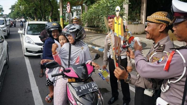 Gunakan Wayang Kulit, Cara Unik Sosialisasi Lalu Lintas di Jombang