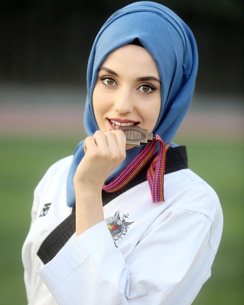 Hijabers cantik ini berasal dari Turki. Ia menjadi atlet taekwondo nasional (kubra.dagli/Instagram)