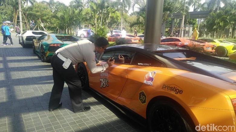 Polisi memeriksa surat-surat mobil Lamborghini yang mengikuti touring (Foto: Khairul Imam Ghozali)