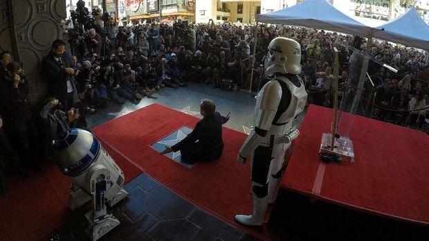 Mark Hamill ditemani Stormtroopers mendapat bintang Hollywood.