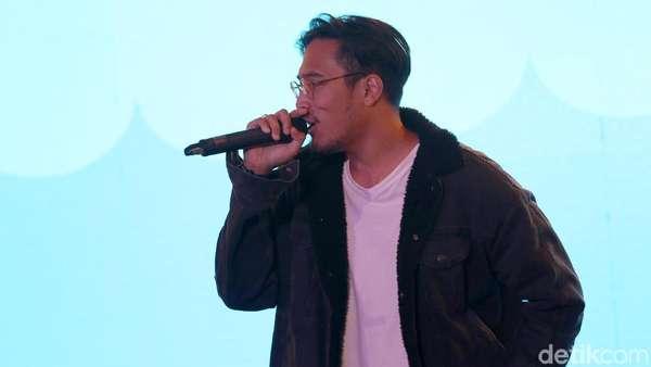 Penampilan Adrian Khalif di dHOT Music Day 2018 yang Bikin Jatuh Hati