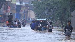 Warga Kabupaten Bandung Terobos Banjir Pakai Delman dan Perahu