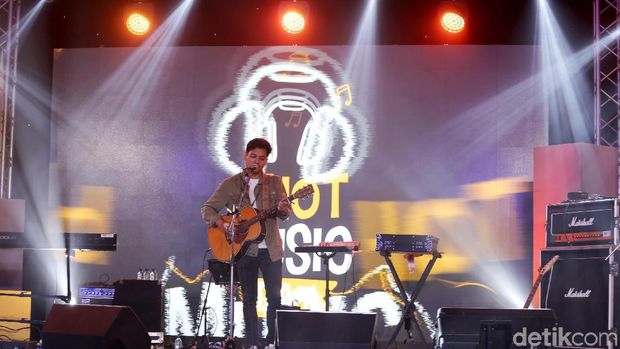 Bikin Deg-degan, Lihat Penampilan Rendy Pandugo di d'HOT Music Day 2018