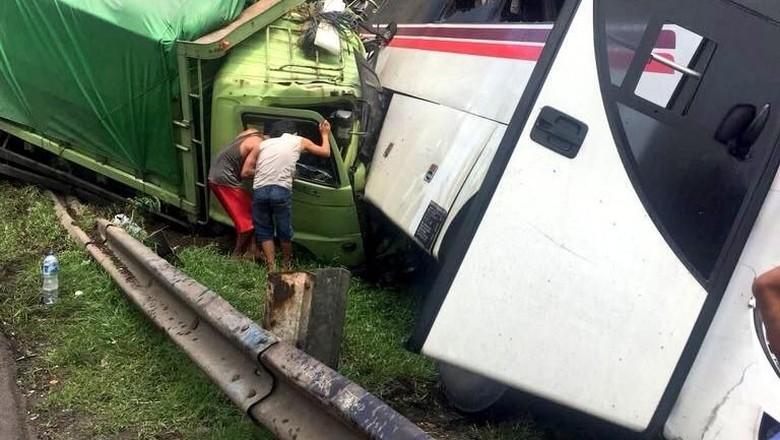 17 Korban Kecelakaan Bus-Truk di Tol Cikampek Dirawat di RS Rosela